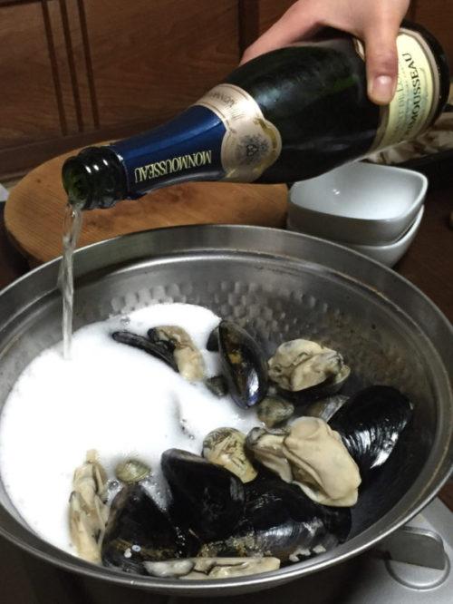 シャンパンを豪快に入れる鍋料理