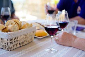 パニエによるワインの注ぎ方