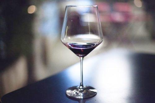 テイスティングでグラスに入ったワインは飲み干すのがマナー?