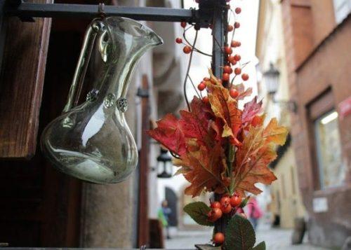 ①ワインデキャンタの中に少しワインを入れて洗う
