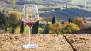 ①現地でのワイン買い付けにプロソムリエが関わっている